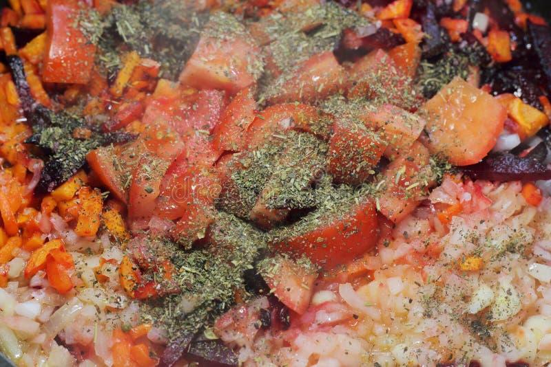 Gebruinde wortels met Provencal-kruiden stock afbeeldingen