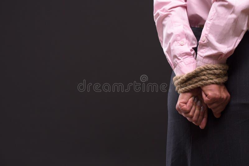 Gebundene oben Hände mit Seil lizenzfreie stockfotos