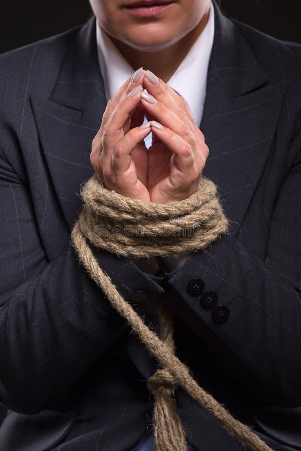 Gebundene oben Hände mit Seil stockfoto