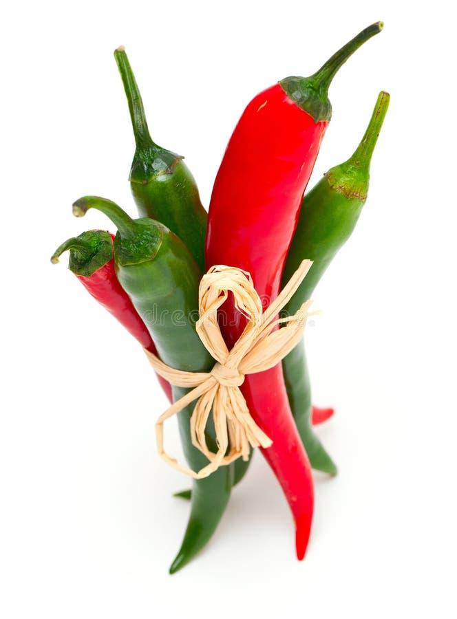 Gebundene rote und grüne Pepperonis lizenzfreie stockfotografie