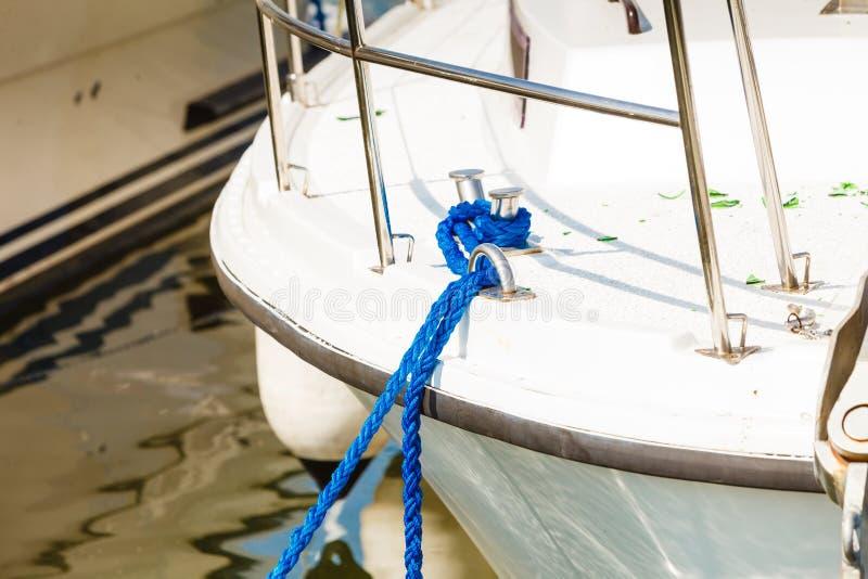 Gebundenes blaues Segelnseil auf weißem Boot stockbild
