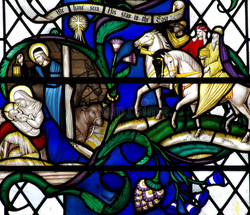 Geburt Christi: die Geburt von Jesus im Buntglas mit den drei Königen lizenzfreies stockfoto