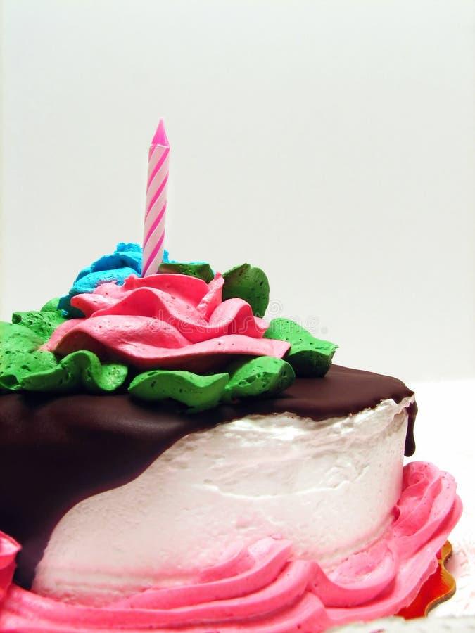Geburtstag-Kuchen mit Schokoladen-Nieselregen lizenzfreie stockbilder