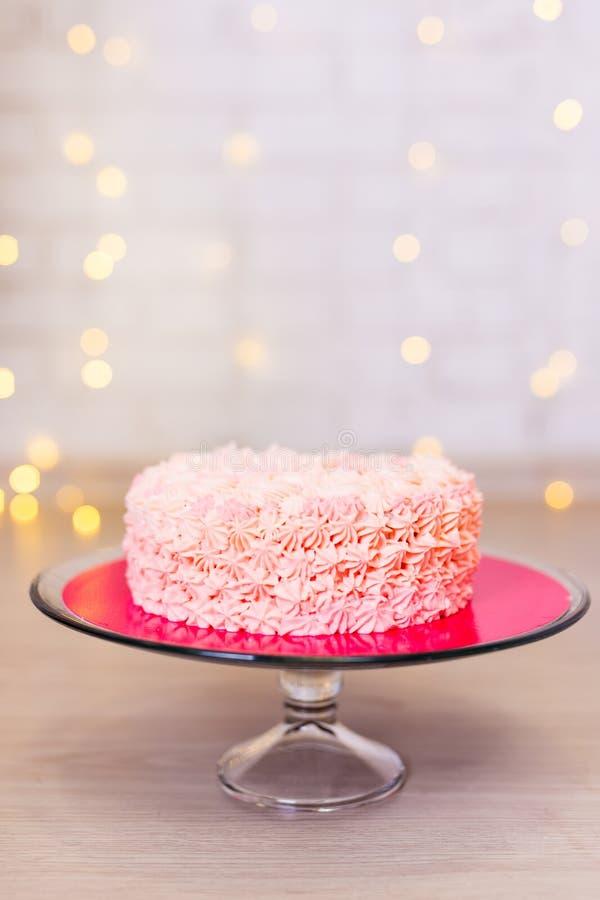 Geburtstag oder Jahrestagskonzept - rosa Kuchen über Ziegelstein backgroun stockfotografie