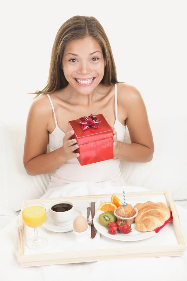 Geburtstaggeschenk - glückliche lächelnde Frau stockbild