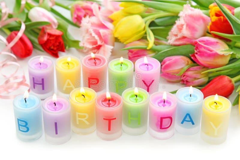 Geburtstagkerzen und -tulpen lizenzfreie stockfotografie