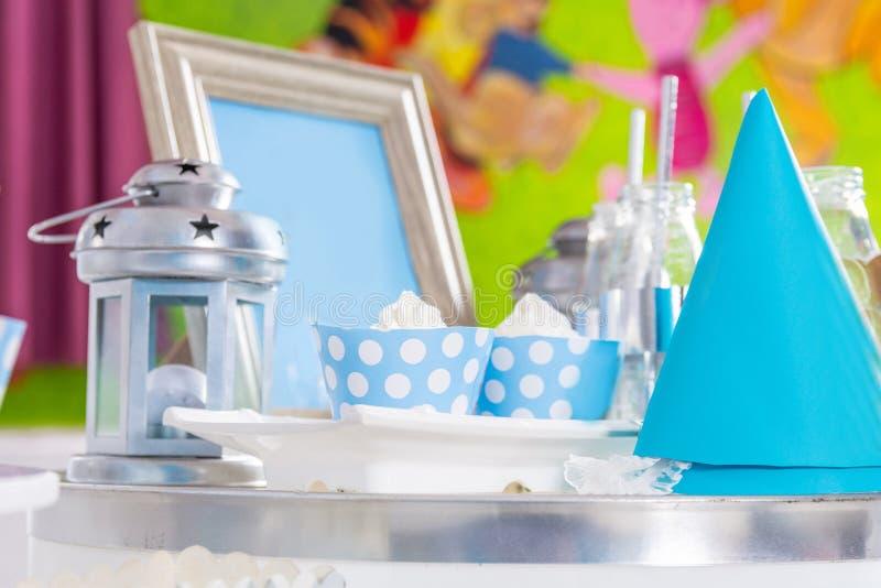 GeburtstagKinder süßer Tisch mit Kuchen und Dekoration lizenzfreie stockfotografie