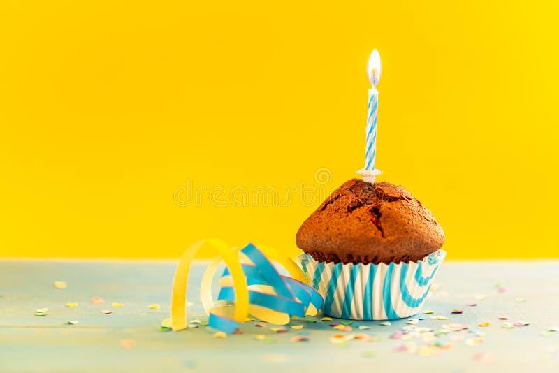 Geburtstagkleiner kuchen mit Kerze lizenzfreies stockfoto