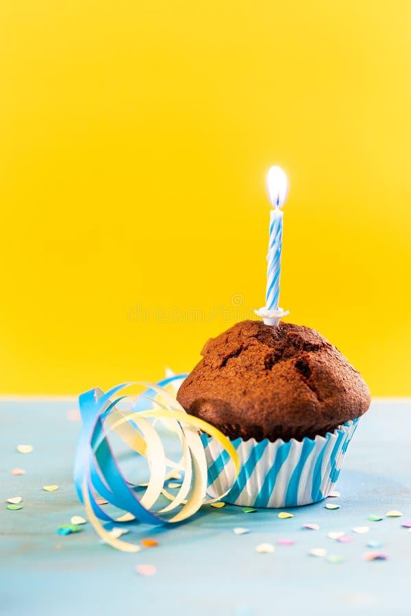 Geburtstagkleiner kuchen mit Kerze stockbilder