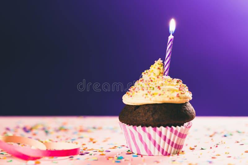 Geburtstagkleiner kuchen mit Kerze stockfotografie
