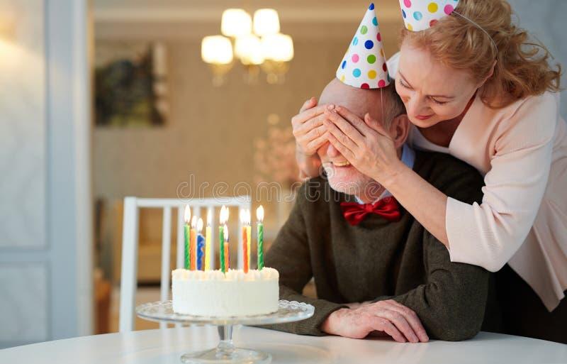 Geburtstags-Überraschung für Großvater stockbilder