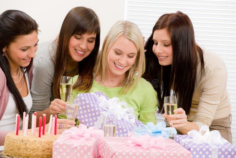 Geburtstagsfeier - glückliche Frau, die anwesend erhält lizenzfreie stockfotos