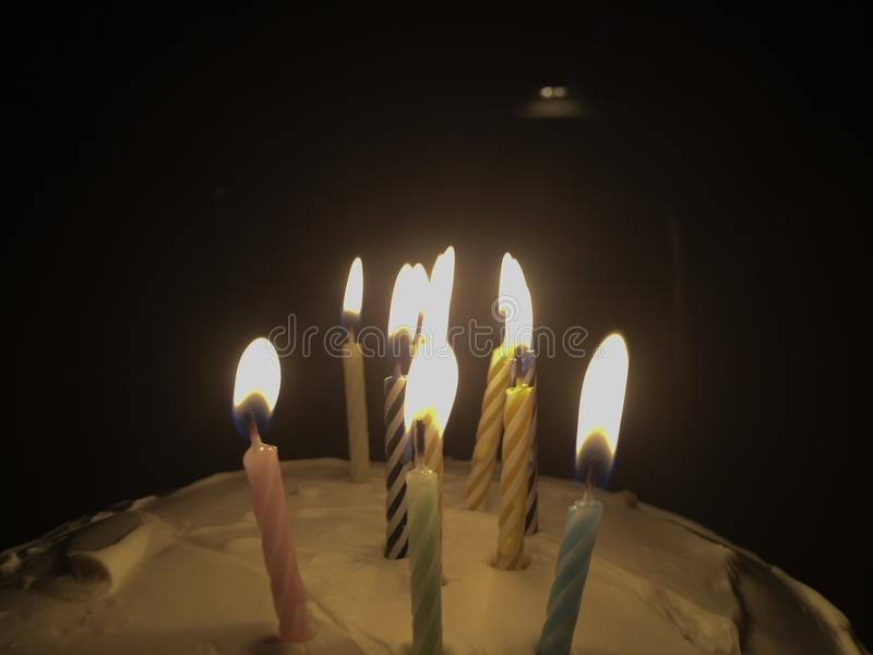Geburtstagsfeier-Kerzen unter Dunkelheit stockbild