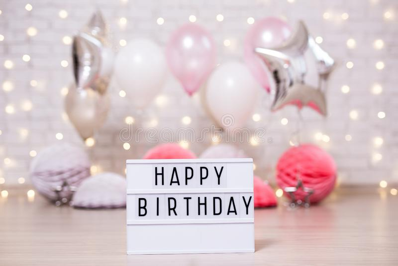 Geburtstagsfeier - lightbox mit glücklichem birtday Text und bunten Luftballonen stockfoto