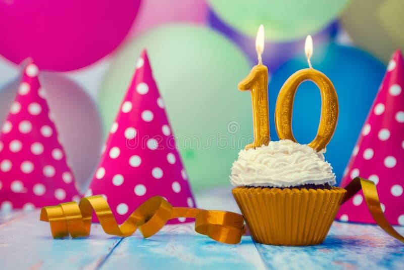 Geburtstagsfeier mit kleinem Kuchen und Kerze lizenzfreies stockfoto