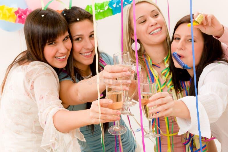 Geburtstagsfeierfeier - Frau mit Confetti stockbild