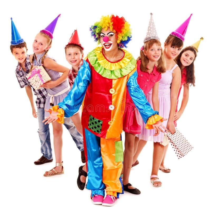 Geburtstagsfeiergruppe von jugendlich mit Clown. stockfotos