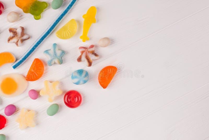 Geburtstagsfeierhintergrund mit mehrfarbigen Süßigkeiten stockfotos