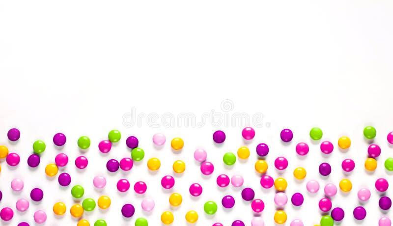 Geburtstagsfeierhintergrund mit mehrfarbiger Süßigkeit lizenzfreie stockbilder