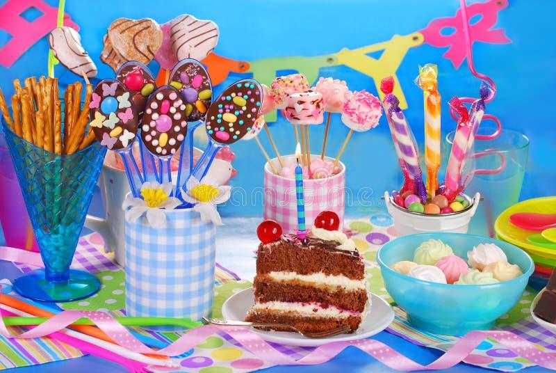Geburtstagsfeiertabelle mit Torte und Bonbons für Kinder stockfotos