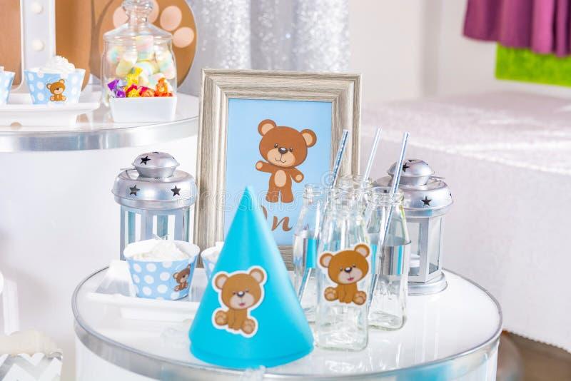 Geburtstagskinder süßer Tisch mit Kuchen und anderen Dekorationen stockfotos