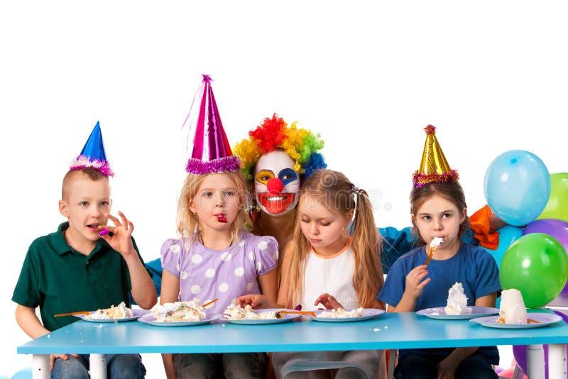 Geburtstagskinderclown, der mit Kindern spielt Kinderfeiertag backt feierliches zusammen stockfoto
