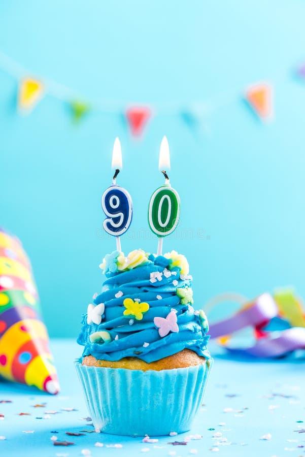 90. Geburtstagskleiner kuchen des Neunzigste mit Kerze Kartenmodell stockfotografie