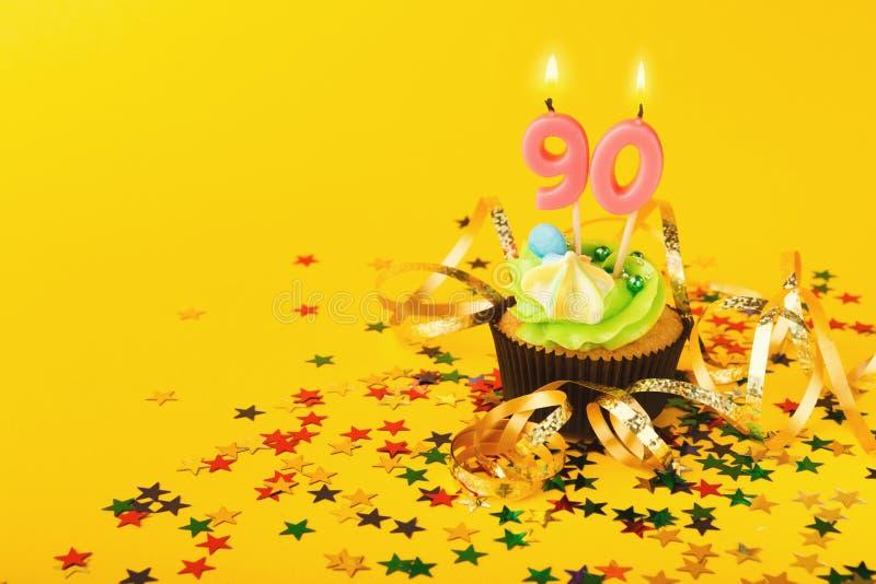 90. Geburtstagskleiner kuchen mit Kerze und besprüht stockfotos