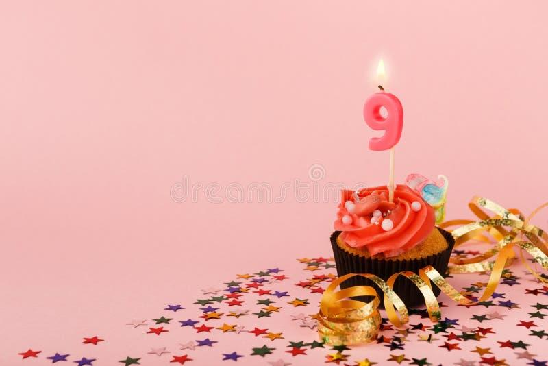 9. Geburtstagskleiner kuchen mit Kerze und besprüht stockbilder