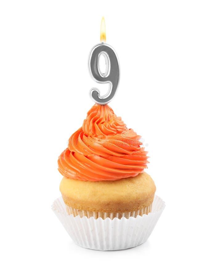 Geburtstagskleiner kuchen mit Zahl neun Kerze auf Weiß stockfotografie