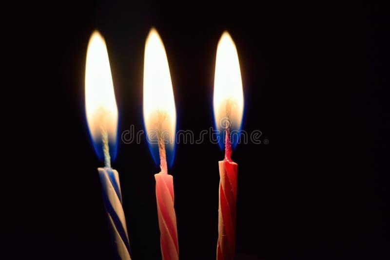 Geburtstagskuchenkerzen des Hintergrundes brennende lizenzfreie stockfotos