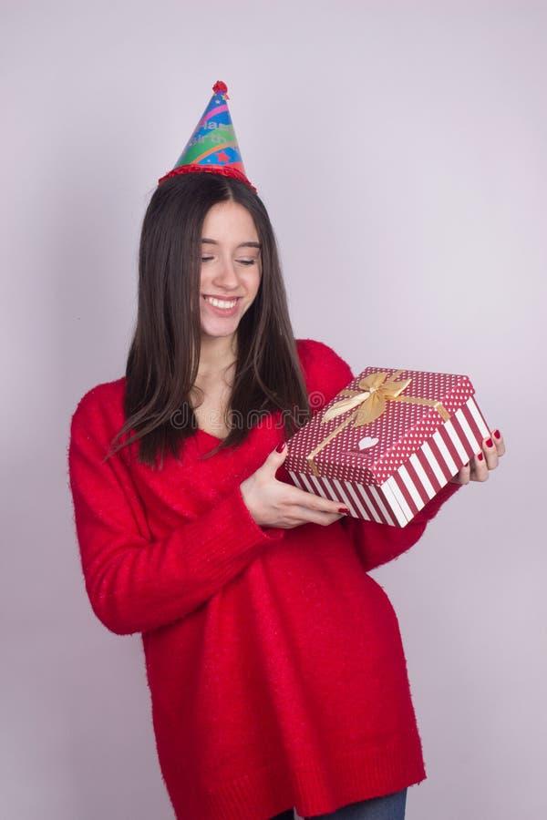 Geburtstagsmädchen mit dem Geschenk lokalisiert lizenzfreie stockbilder