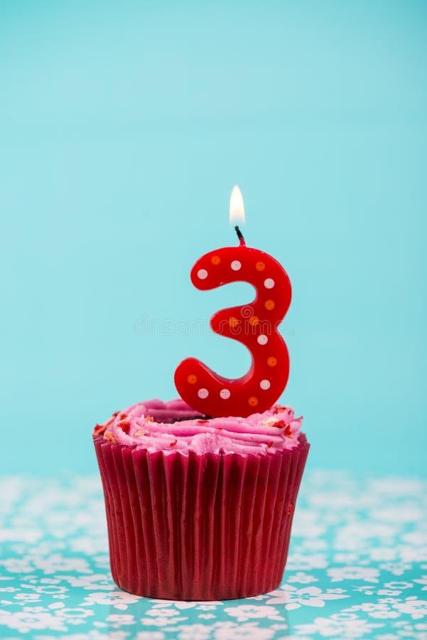 Geburtstagsschalenkuchen mit Nr. drei stockfotos