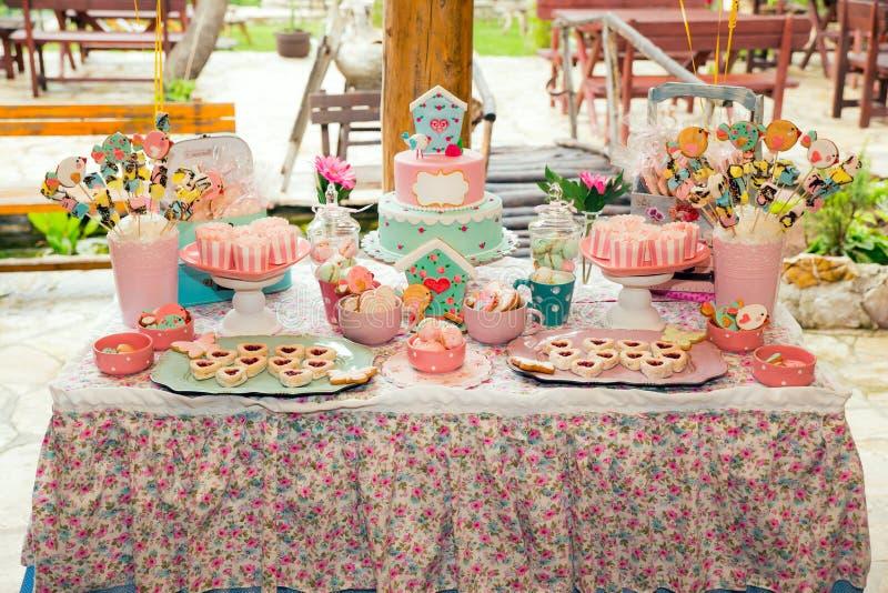 Geburtstagstabelle mit Bonbons für Kinderpartei stockfotografie