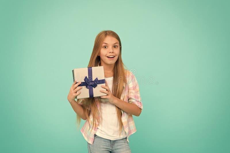Geburtstagswunschzettelgl?ck und -freude Alles Gute zum Geburtstagkonzept Angenehme ?berraschung M?dchenkindergriff-Geburtstagsge stockfoto