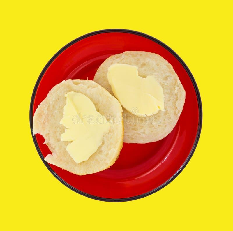 Gebutterter Keks auf einem roten Teller lizenzfreie stockfotos