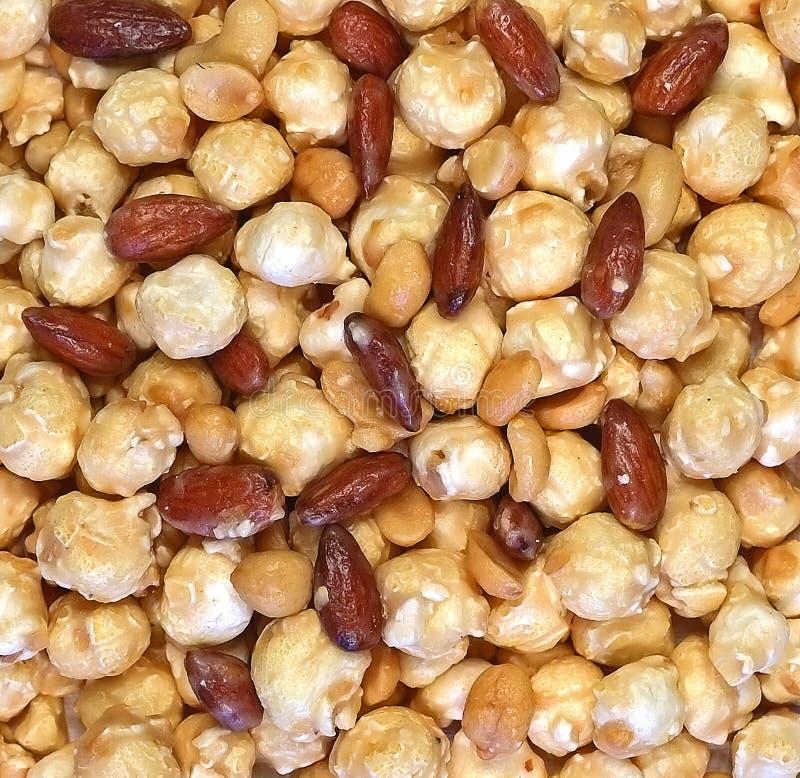 Gebuttertes Toffeemandel-Erdnusspopcorn lizenzfreies stockbild