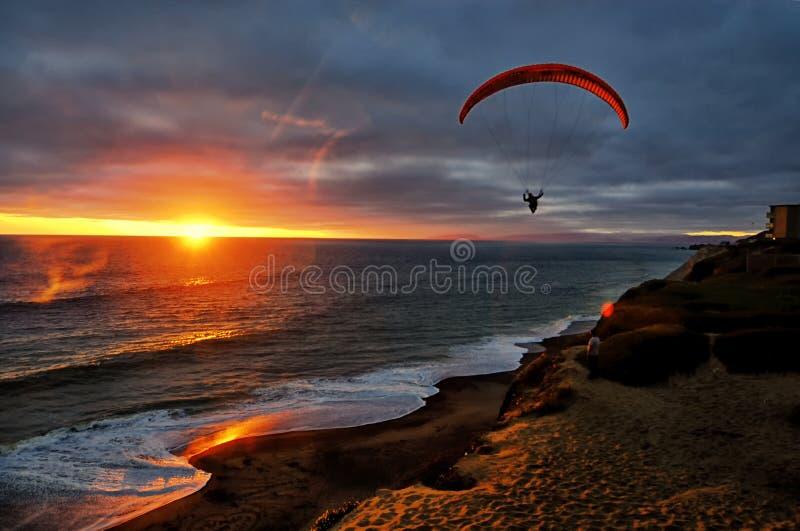Geckgleitschirmfliegen vor der San Francisco-Küste bei Sonnenuntergang stockbild