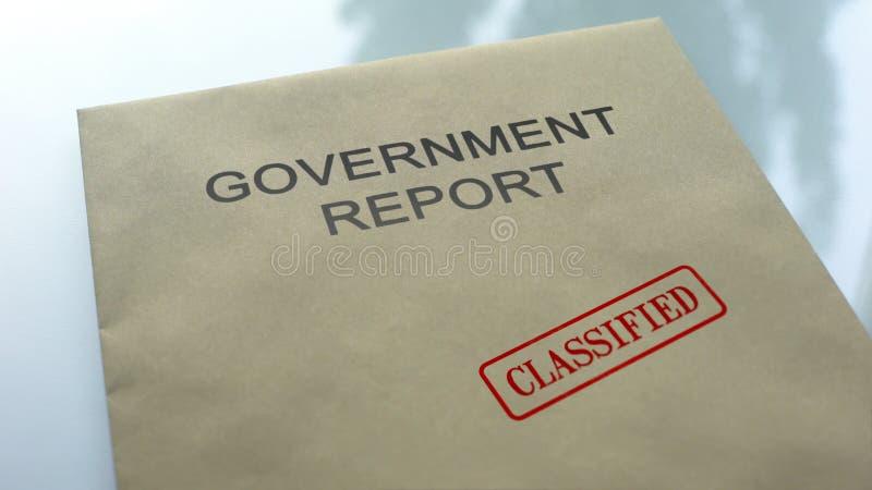 Geclassificeerd overheidsrapport, gestempelde verbinding over omslag met belangrijke documenten stock afbeeldingen