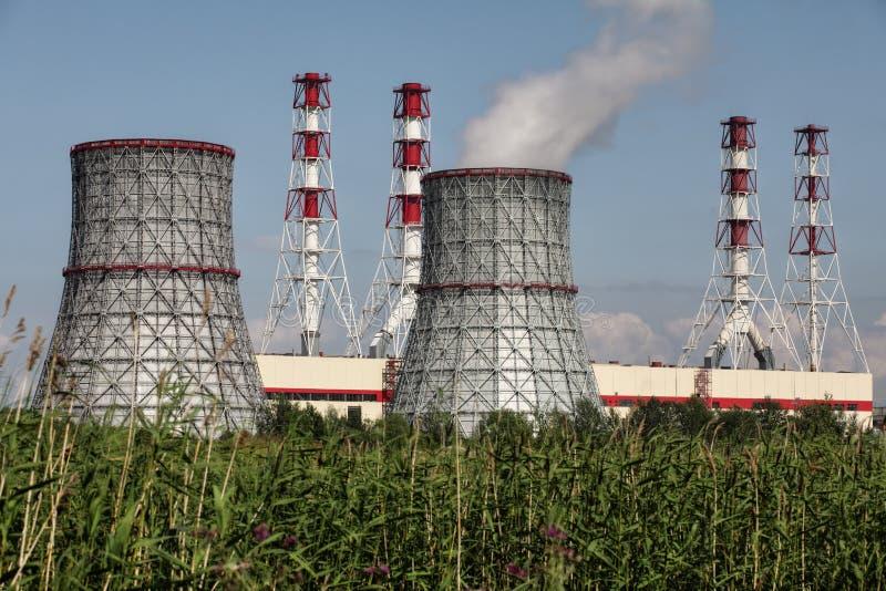 Gecombineerde hitte en elektrische centrale, elektropost stock afbeeldingen
