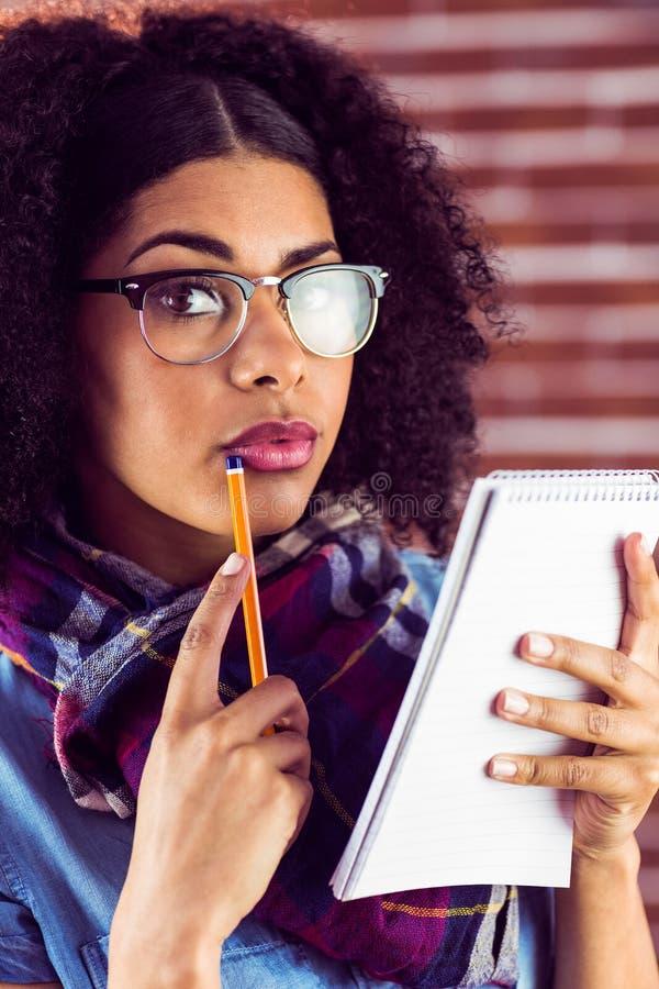 Geconcentreerd aantrekkelijk hipster nemend nota's stock foto
