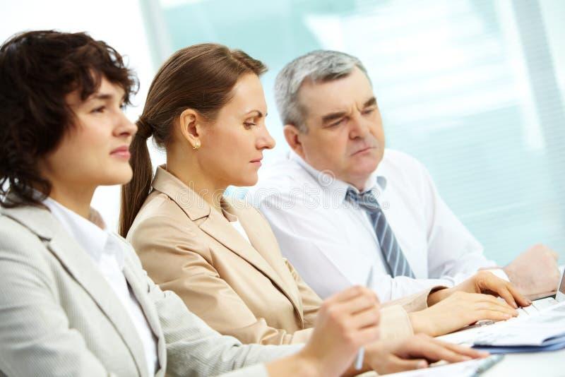 Geconcentreerd businesspeople stock afbeelding