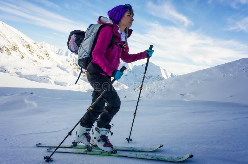 Geconcentreerd meisje op skis stock afbeeldingen