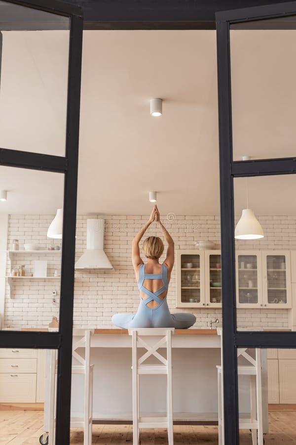 Geconcentreerde begaafde sterke meisje opleiding in yogabeheersing stock foto