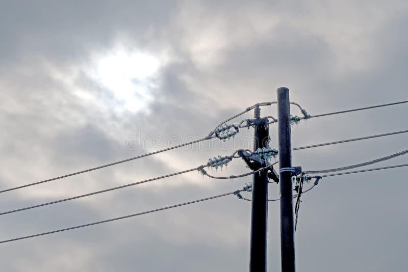 Geconcentreerde bevroren machtspijler op een bewolkte hemelachtergrond stock foto