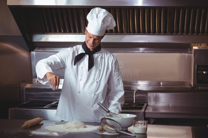 Geconcentreerde chef-kok die een cake voorbereiden royalty-vrije stock afbeeldingen