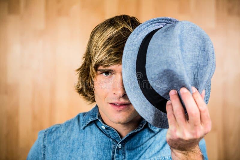 Geconcentreerde hipster mens die zijn gezicht verbergen royalty-vrije stock afbeeldingen