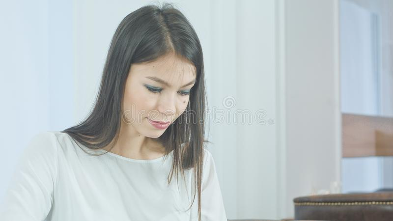 Geconcentreerde jonge vrouw die tabletpc met behulp van stock fotografie