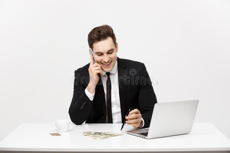 Geconcentreerde jonge zakenman het schrijven documenten bij bureau stock foto