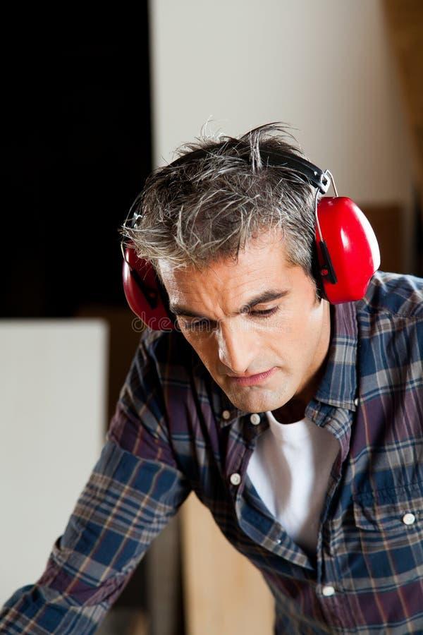 Geconcentreerde mens met hoofdtelefoons stock fotografie